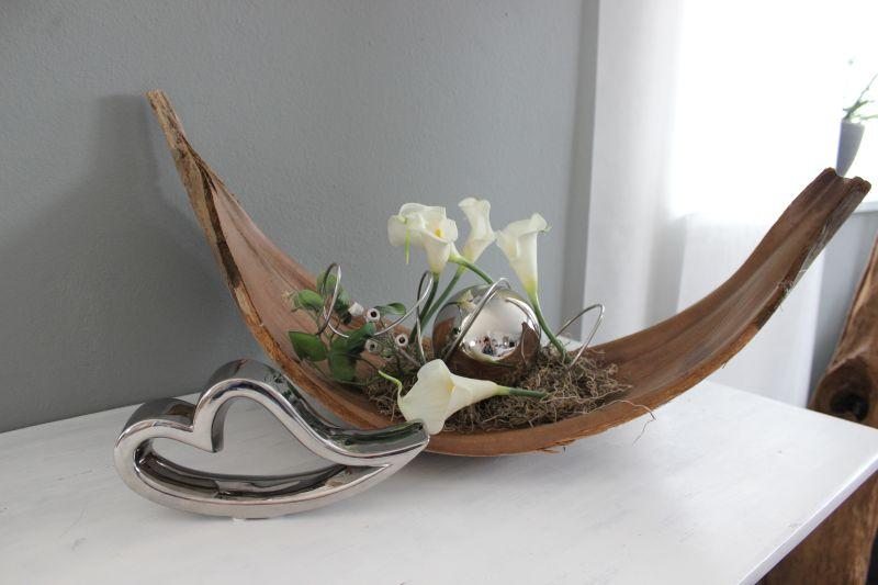 TD253 - Großes Kokosblatt als Tischdeko, dekoriert mit natürlichen Materialien, künstlichen Efeu, künstlichen Callas und einer großen Edelstahlkugel! Preis 54,90€ Breite ca. 60cm Form kann abweichend vom Original sein! Keramikherz Preis 9,90€ Breite 22cm