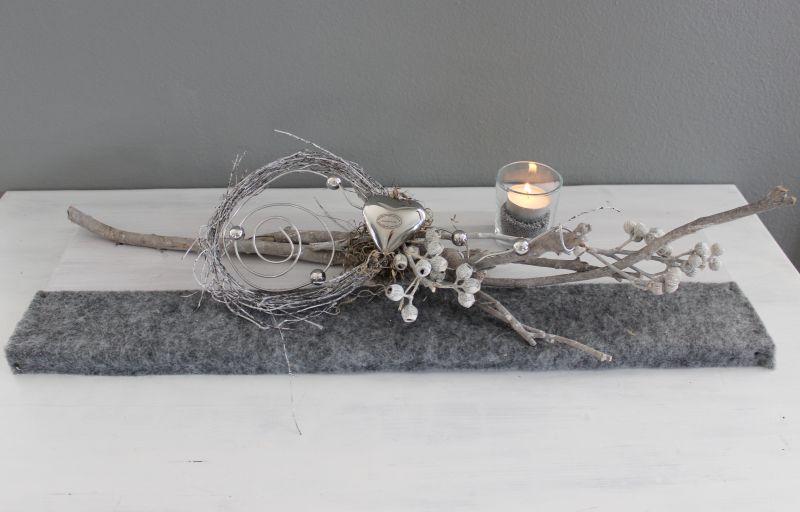 TD255 - Tischdeko aus neuem Holz, dekoriert mit Filzband, natürlichen Materialien, Aludraht mit Kugeln, einem Teelichtglas und einem Edesltahlherz! Preis 49,90€ Größe 20x60cm