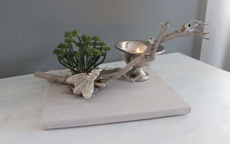 TD256 - Tischdeko aus neuem Holz, dekoriert mit natürlichen Materialien, einer großen künstlichen Sukkulente, Biene aus Metall und einer Metallschale! Preis 44,90€ Größe 20x30cm