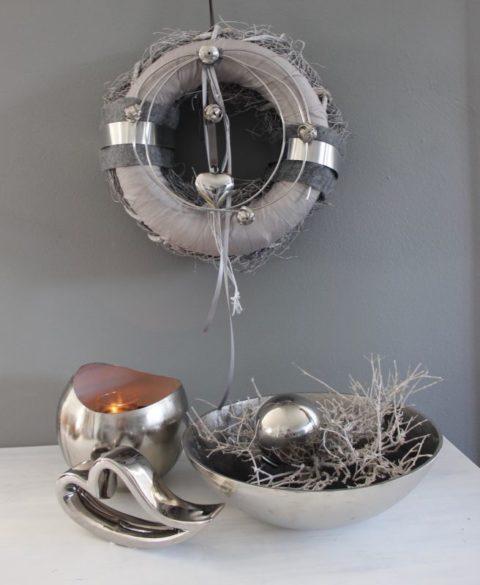 TK43 - Edler Tür oder Wandkranz! Hochwertiger Weidenkranz und Satinkranz, dekoriert mit Filz, Alu und Metallbändern, Silberfarbenen Ornamentteilen und einem Edelstahlherz! Preis 62,50€ Durchmesser 35cm