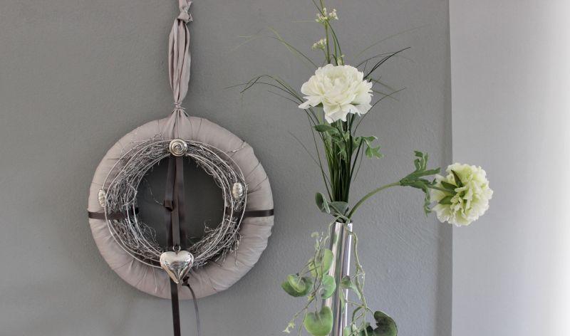 TK45 - Edler Tür oder Wandkranz! Kranz mit hochwertigem Satinband umwickelt, dekoriert mit einem Weidenkranz, Satin und Metallbändern, Silberfarbenen Ornamentteilen und einem Edelstahlherz! Preis 39,90€ Durchmesser 30cm