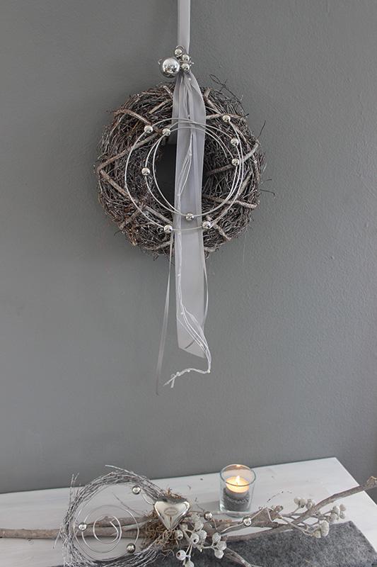 TK46 - Tür oder Wandkranz aus Weidengeflecht dekoriert mit Bändern und Aludraht mit Kugeln! Preis 24,90€ Durchmesser ca. 25cm