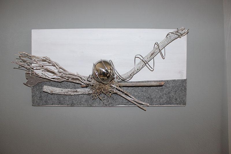 WD126 - Zeitlose Wanddeko! Holzbrett weiß gebeizt, natürlich dekoriert mit Filzband, einer Edelstahlkugel und natürlichen Materialien! Preis 64,90€ Größe 60x30cm Auch senkrecht erhältlich!