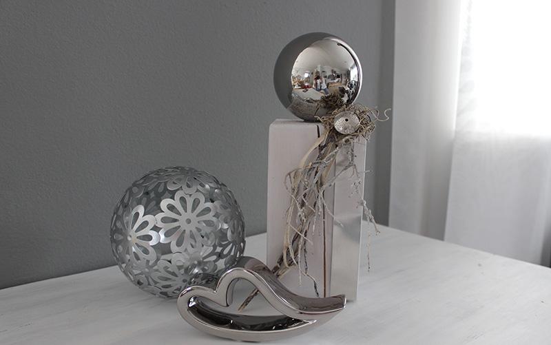 KL86 - Kleine Dekosäule aus neuem Holz, dekoriert mit natürlichen Materialien, Metallband, Ornamenttaler und einer Edelstahlkugel! Höhe ca 30cm 39,90€ Metallkugel Blume 14,90€ Durchmesser 15cm Keramikherz 7,90€ Breite 16cm