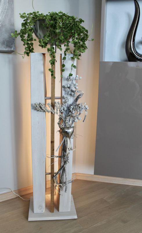 GS123 - Große gespaltene Säule weiß gebeizt mit Eichenholzbrett in der Mitte, dekoriert mit Materialien aus der Natur, einem Edelstahlherz und einer Edelstahlschale! Preis 159,90€ (ohne Pflanze) Höhe ca.100cm