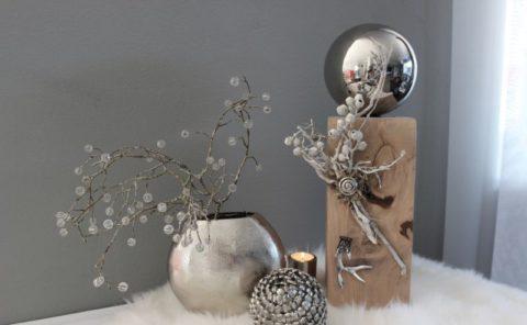 KL87 - !!!UNIKAT!!! Holzsäule cappuchinofarbig gebeizt, dekoriert mit natürlichen Materialien, einem silberfarbigen Hirschgeweih, Ornamenttaler und einer großen Edelstahlkugel! Preis 54,90€ Höhe 45cm Dekozapfen Preis 11,90€ Durchmesser ca. 11cm