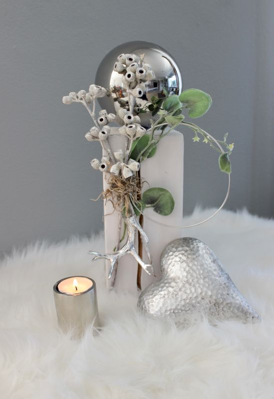 KL88 - Kleine Säule weiß gebeizt, dekoriert mit natürlichen Materialien, einem Efeukranz und einem kleinen Hirschkopf und Edelstahlkugel! Preis 44,90€ Höhe ca. 32cm Poly-Deko-Herz Preis 9,90€ Größe 15x13cm