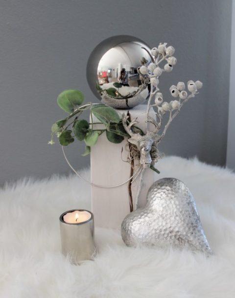 KL89 - Kleine Säule weiß gebeizt, dekoriert mit natürlichen Materialien, einem Efeukranz und einem kleinen Hirschgeweih und Edelstahlkugel! Preis 44,90€ Höhe ca. 35cm
