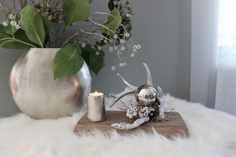 TD529 - Tischdeko aus altem Eichenholz, dekoriert mit natürlichen Materialien, einem silberfarbigen Hirschgeweih und einer Edelstahlkugel! Preis 39,90€ Größe 17x28 cm