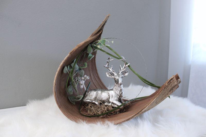 TD530 - Großes Kokosblatt als Tischdeko, dekoriert mit natürlichen Materialien, künstlichen Efeukranz und einem silberfarbigen Hirschen! Preis 64,90€ Breite ca. 25cm Höhe ca. 40cm Größen können zum Original abweichend sein!