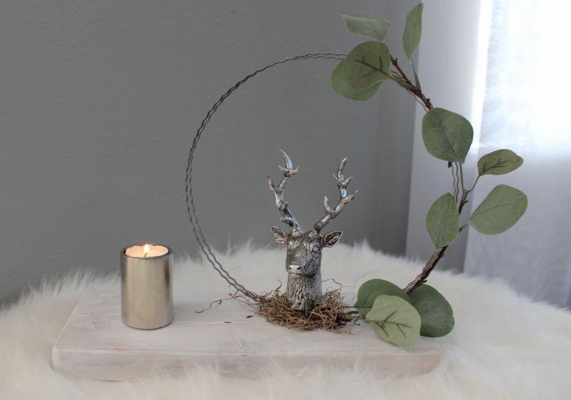 TD531 - Tischdeko aus weiß gebeiztem Holz, dekoriert mit einem Eukalyptuskranz und einer Hirschbüste! Preis 29,90€ Größe 20x30cm