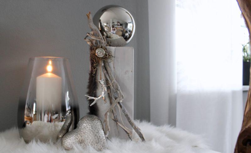 TD537 - Kleine Säule weiß gebeizt, dekoriert mit natürlichen Materialien, einem silberfarbigen Hirschgeweih, künstlichen Fellen , silberfarbigen Ornamentteil und einer großen Edelstahlkugel! Preis 64,90€ Höhe ca. 45cm Poly-Deko-Herz Preis 9,90€ Größe 15x13cm