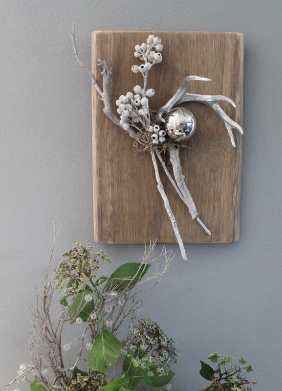 WD128 - UNIKAT! Wanddeko aus altem Eichenholz, dekoriert mit natürlichen Materialien, einem silberfarbigen Hirschgeweih und einer Edelstahlkugel! Preis 49,90€ Größe ca. 26x38cm