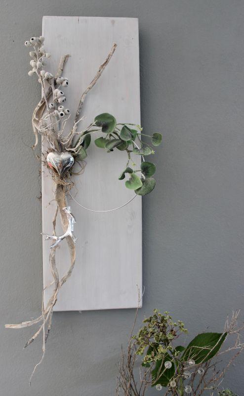 WD129 - Holzbrett weiß gebeizt, dekoriert mit natürlichen Materialien, einem silberfarbigen Hirschgeweih und einem Edelstahlherz! Preis 44,90€ Größe 20x60cm