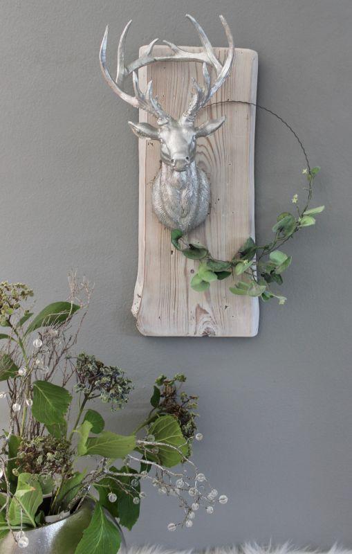 WD130 - Wanddeko aus altem Scheunenbrett weiß gebeizt, dekoriert mit einem künstlichen Efeukranz und einem großen Hirschkopf! Preis 54,90€ Größe ca. 50x20cm Größe kann in der Breite abweichen!