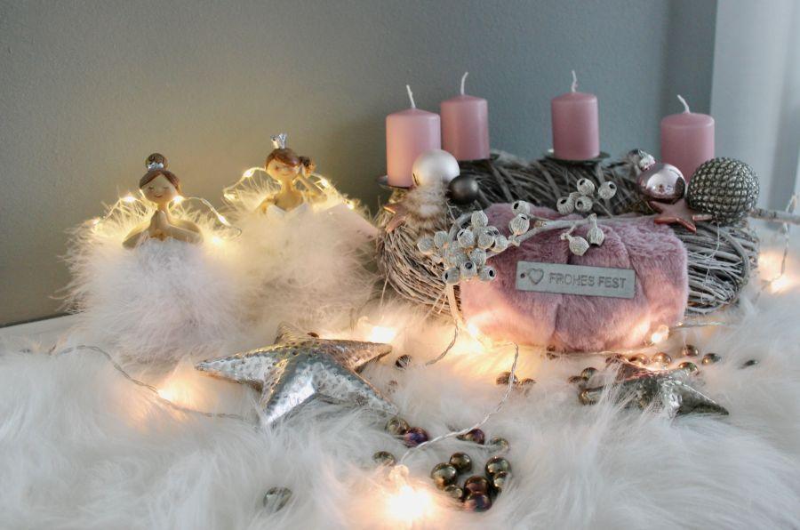 AW155 - Adventskranz aus weißgekalktem Holzgeflecht, dekoriert mit natürlichen Materialien, Kunstfell, Federn, Kugeln, Sternen und Kerzenteller! Preis ohne Kerzen 44,90€ Durchmesser ca. 35cm Aufpreis pro Kerze 2€