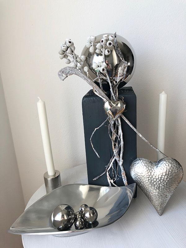 KL93 - Holzsäule, dekoriert mit natürlichen Materialien, einer Edelstahlkugel und Edelstahlherz! Preis 54,90 Höhe ca. 45cm Poly-Deko-Herz Preis 9,90€ Größe 15x13cm