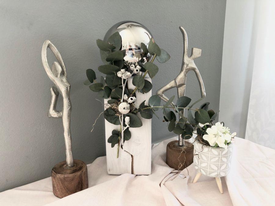 KL94 - Holzsäule, dekoriert mit echtem Eukalyptus und natürlichen Materialien, einer Edelstahlkugel und einem Ornamenttaler! Preis 39,90€ Höhe ca. 35cm Zementtopf auf Holzfuß Preis 4,90€ Größe ca.8x12cm