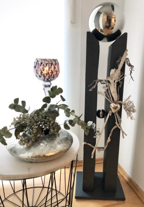 GS126 - Große gespaltene Säule, dekoriert mit Materialien aus der Natur, einem Edelstahlherz, einer kleinen und einer großen Edelstahlkugel die herausnehmbar ist! Preis 149,90€ Höhe ca. 110cm Glaskelch silber -grau Preis 19,90€ Höhe 40cm Scheibenvase aus Polystein Preis 39,90€(ohne Blumen) Größe ca.30x10cm