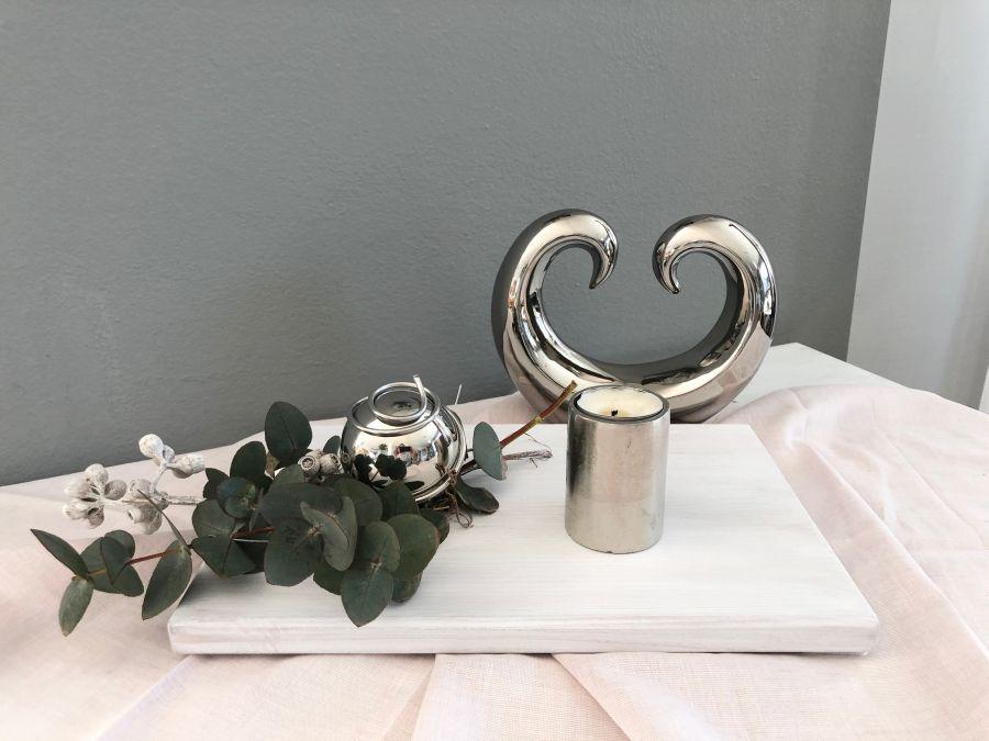 TD550 - Tischdeko aus neuem Holz weiß gebeizt, dekoriert mit natürlichen Materialien, echtem Eukalyptus und einer Edelstahlkugel! Preis 24,90€ Größe ca.20x30cm Dekoskulptur Preis 9,90€ Größe 18,5x15cm