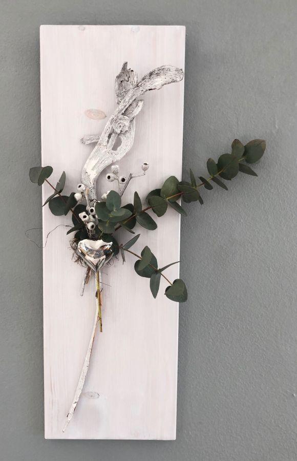WD132 - Holzbrett weiß gebeizt, dekoriert mit echtem Eukalyptus und natürlichen Materialien und einem Edelstahlherz! Preis 44,90€ Größe 20x60cm