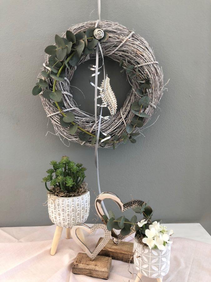 TK50 - Tür oder Wandkranz aus Weidengeflecht, dekoriert mit echtem Eukalyptus, Bändern und einer silberfarbigen Feder! Preis 29,90€ Durchmesser 30cm