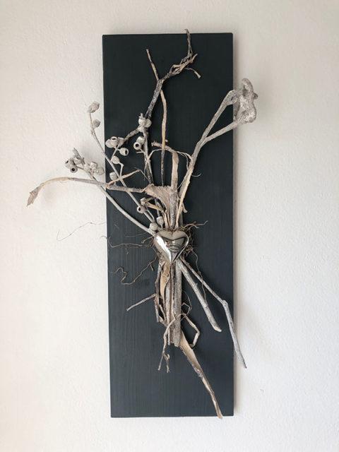 WD131 - Zeitlose Wanddeko! Holzbrett grau gebeizt, dekoriert mit natürlichen Materialien und einem Edelstahlherz! Preis 39,90€ Größe 20x60cm