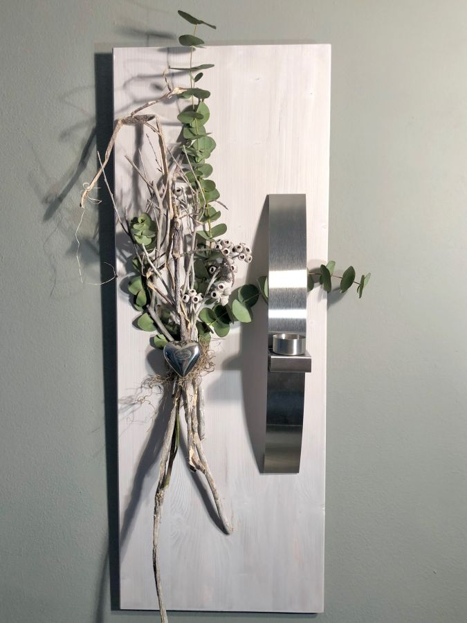 WD134 - Holzbrett weiß gebeizt, dekoriert mit echtem Eukalyptus und natürlichen Materialien,einer Edelstahlleiste die als Teelichhalter oder Blumenvase dient und einem Edelstahlherz! Preis 74,90€ Größe 30x80cm