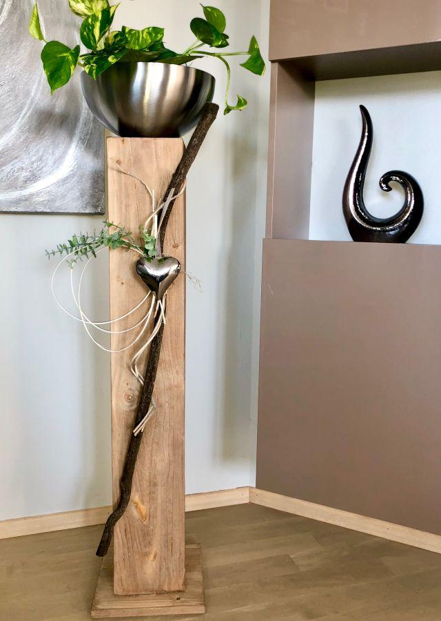 GS130 - Große Dekosäule aus neuem Holz eichefarbig gebeizt, dekoriert mit natürlichen Materialien, künstlichem Eukalyptuszweig, einem Edelstahlherz und einer großen Edelstahlschale (Durchmesser 26cm) Gesamthöhe ca. 115cm Preis 139,90€