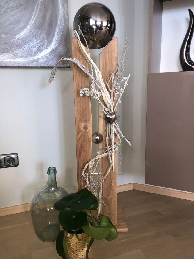 GS128 - Große gespaltene Säule aus neuem Holz eichefarbig gebeizt, dekoriert mit Materialien aus der Natur, einem Edelstahlherz, einer kleinen und einer großen Edelstahlkugel die herausnehmbar ist! Preis 149,90€ Höhe ca. 110cm