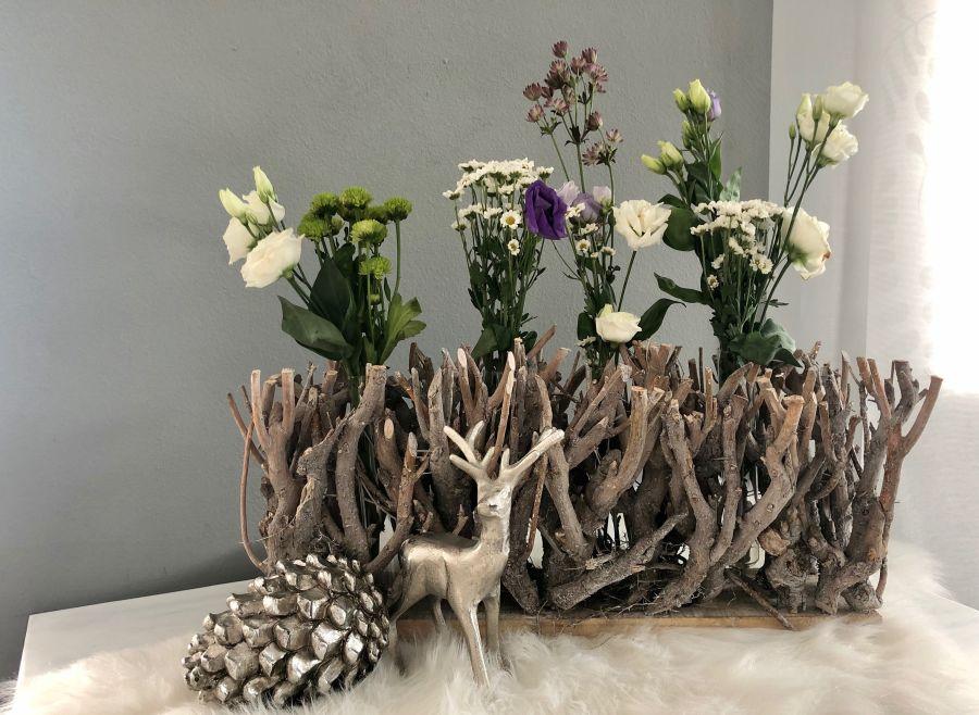 TD565 - Tischdeko aus Holzteilen mit 4 Reagenzgläsern als Vase! Größe ca.15x50cm Preis 24,90€ Silberfarbiger Kiefernzapfen aus Polystein Höhe 15cm Preis 14,90€ Hirsch aus massivem Metall Höhe 20cm Preis 17,90€