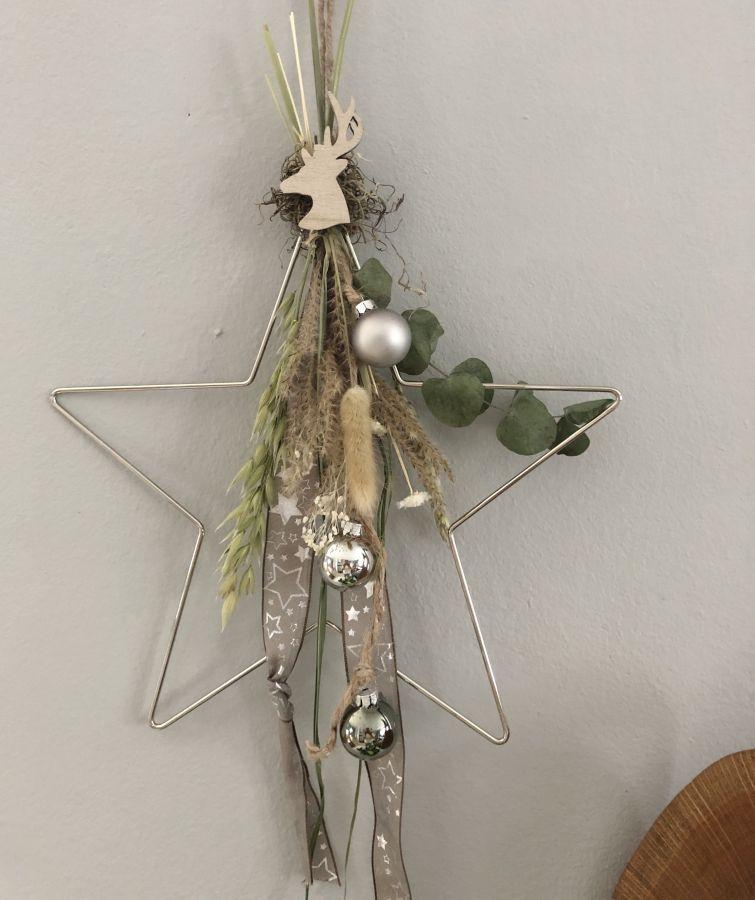 AW159 - Stern aus Metall als Tür oder Wandkranz dekoriert mit Trockenblumen, Gräsern Band, Kugeln und einem kleinen Hirschkopf! Preis 24,90€ Größe 30cm