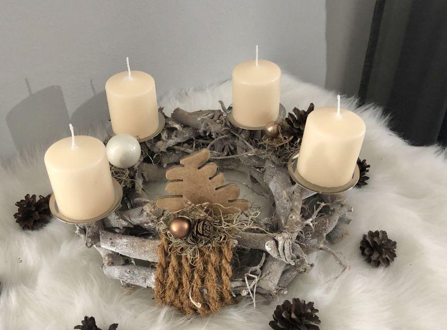 AW163 - Adventskranz aus Holzteilen, dekoriert mit Kerzenteller, natürlichen Materialien, Holzbaum, Sternen und Kugeln! Preis ohne Kerzen 29,90€ Durchmesser ca.30cm
