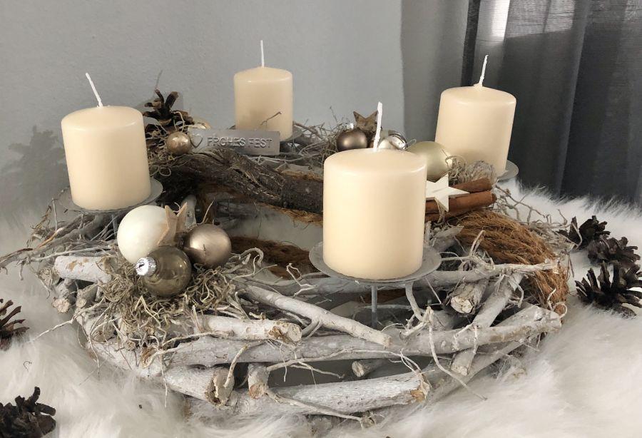 AW164 - Adventsdeko aus Holzstücken, dekoriert mit natürlichen Materialien, Kokosseil, Sternen und Kugeln! Preis ohne Kerzen 39,90€ Durchmesser 40cm