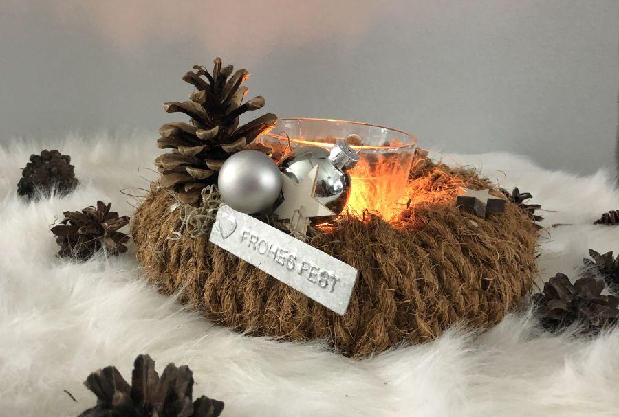 AW165 - Kranz aus Kokosseil als Advents oder Weihnachtsdeko, dekoriert mit Kugeln, Sternen und einem Zapfen! Preis 19,90€ (Preis ohne Kerzenglas) Durchmesser ca. 25cm