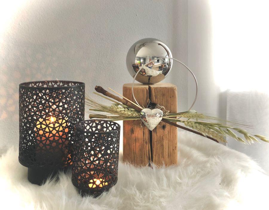 HE123 - Holzsäule aus altem Holz (thermisch behandelt), dekoriert mit natürlichen Materialien, Aluring, einem Edelstahlherz und einer großen Edelstahlkugel! Preis 49,90€ Höhe ca. 35cm