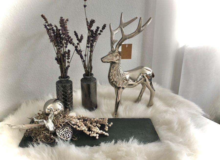 HE125 - Schiefertafel dekoriert mit natürlichen Materialien, Ornamentherz, einer Edelstahlkugel und einem kleinen Hirschkopf! Preis 44,90€ Größe 13 x 37cm