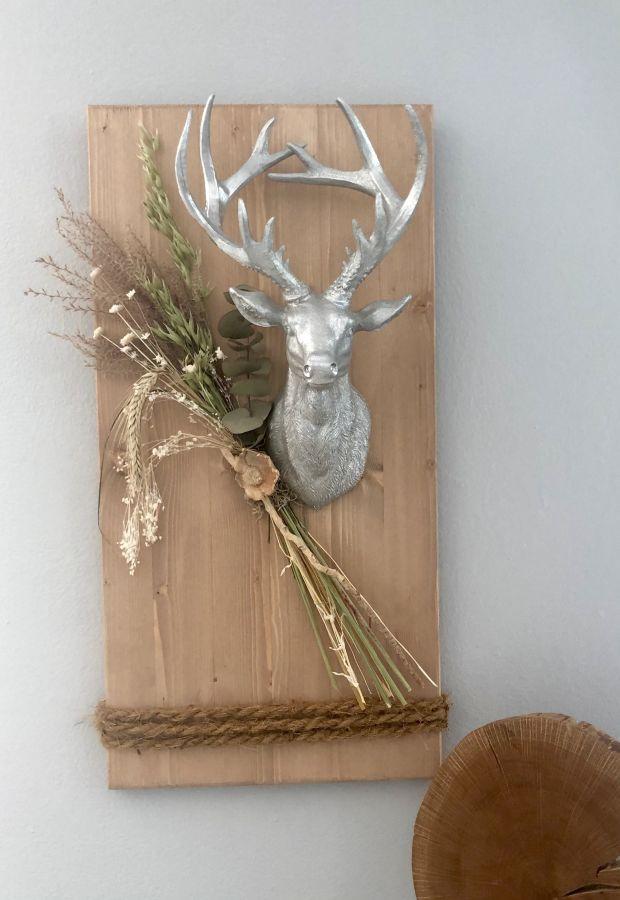 HE126 - Holzbrett eichefarbig gebeizt, dekoriert mit Trockenblumen und einem Hirschkopf! Preis 79,90€ Größe 30x60cm