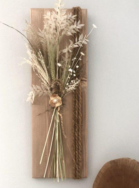 HE128 - Holzbrett eichefarbig gebeizt, dekoriert mit natürlichen Materialien und Trockenblumen! Preis 54,90€ Größe 20x60cm