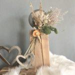 HE130 - Kleine Säule eichelfarbig gebeizt, dekoriert mit natürlichen Materialien, Gräsern, Trockenblumen und Edelstahlkugel! Preis 44,90€ Höhe ca. 35cm