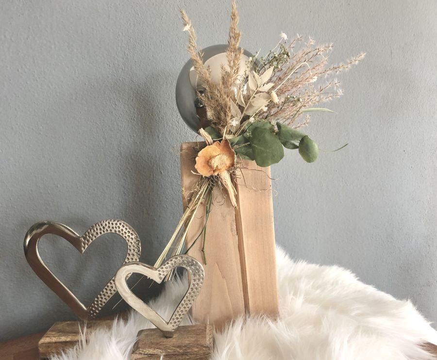 HE130 - Kleine Säule eichelfarbig gebeizt, dekoriert mit natürlichen Materialien, Gräsern, Trockenblumen und Edelstahlkugel! Preis 44,90€ Höhe ca. 35cm Metallherz auf Mangoholzfuß Preis 7,90€ Größe17x10cm