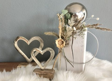 HE131 - Kleine Säule weiß gebeizt, dekoriert mit einem Aluring, Gräsern, Trockenblumen und einer Edelstahlkugel! Preis 54,90€ Höhe ca. 45cm