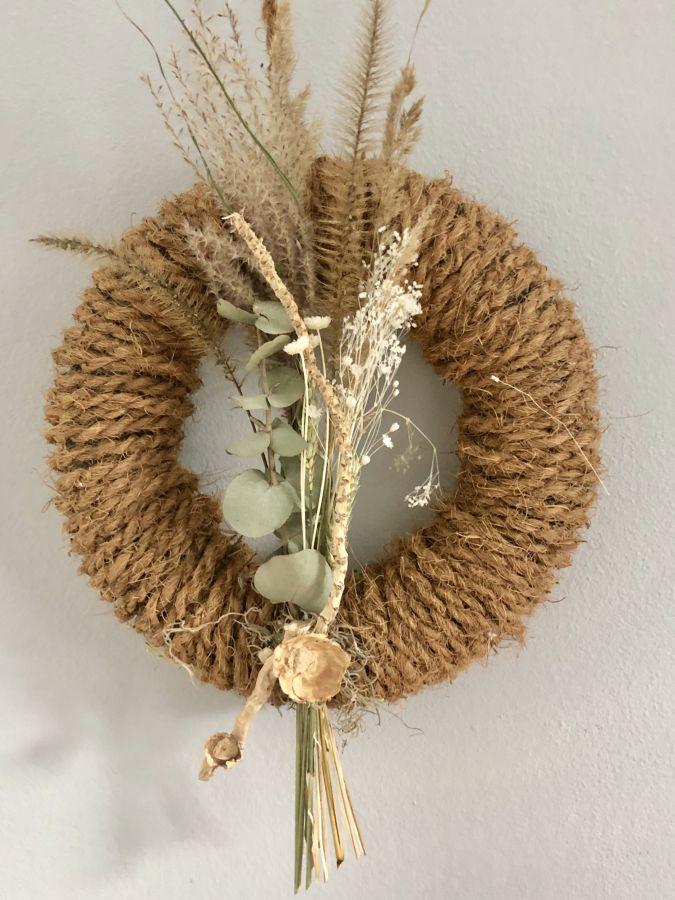 HE132 - Tür oder Wandkranz aus Kokosfasern dekoriert mit Trockenblumen und Gräsern! Preis 39,90€ Durchmesser ca. 30cm