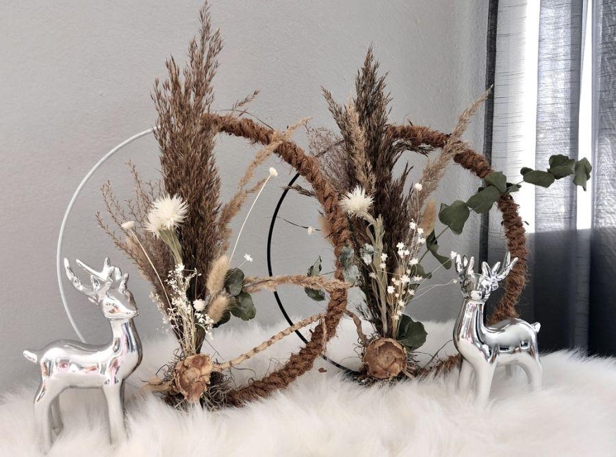 HE133 - Metallring auf Fuß weiß oder schwarz, dekoriert mit Gräsern und Trockenblumen und Kokosfasernseil! Preis 39,90€ Durchmesser 25cm Hirsch stehend Preis 14,90€ Höhe 17cm