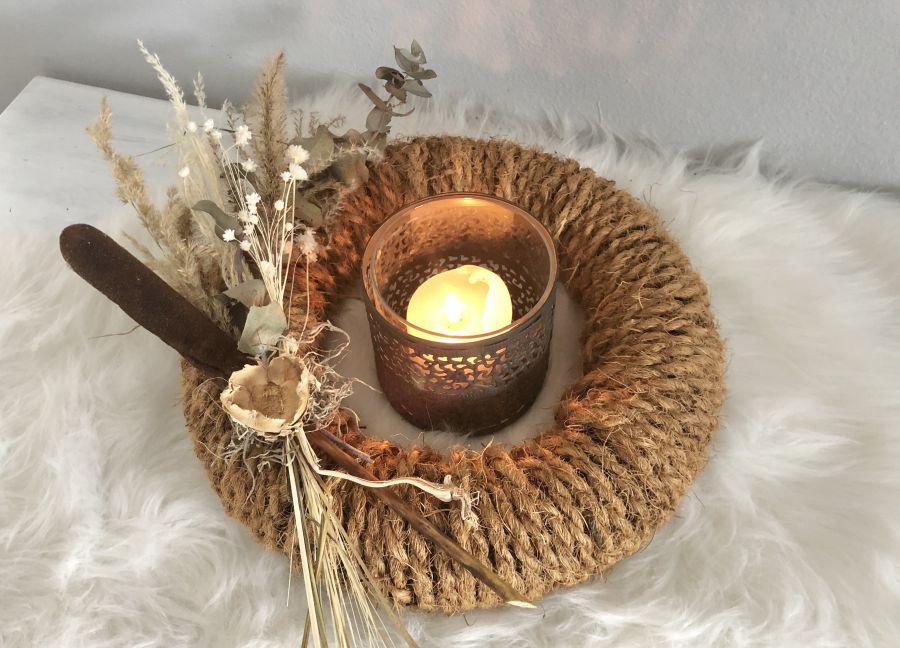 HE135 - Kranz aus Kokosfasern als Tischdeko, dekoriert mit Trockenblumen und Gräsern! Preis 39,90€ Durchmesser ca. 30cm Metallwindlicht Preis 14,90€ Größe 10x10cm