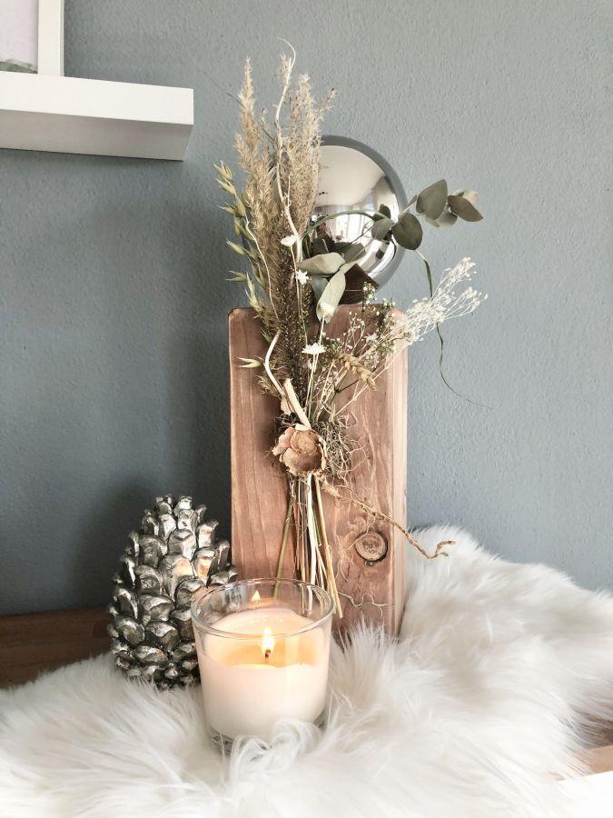 HE137 - Holzsäule dekoriert mit natürlichen Materialien, Gräsern, Trockenblumen und einer Edelstahlkugel! Preis 54,90€ Höhe ca.45cm Silberfarbiger Kiefernzapfen aus Polystein Höhe 15cm Preis 14,90€