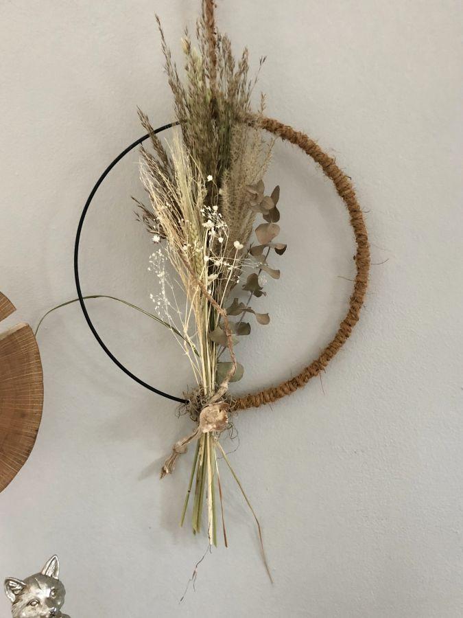 HE138 - Metallring als Tür oder Wandkranz umwickelt mit Kokosfasernband, dekoriert mit Trockenblumen und Gräsern! Preis 34,90€ Durchmesser ca. 35cm