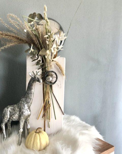 HE139 - Kleine Säule weiß gebeizt, dekoriert mit natürlichen Materialien, Gräsern,Trockenblumen und einer großen und kleinen Edelstahlkugel! Preis 54,90€ Höhe ca. 45cm Giraffe aus Polystein Preis 29,90€ Größe 15,5×25,5cm (Bild)