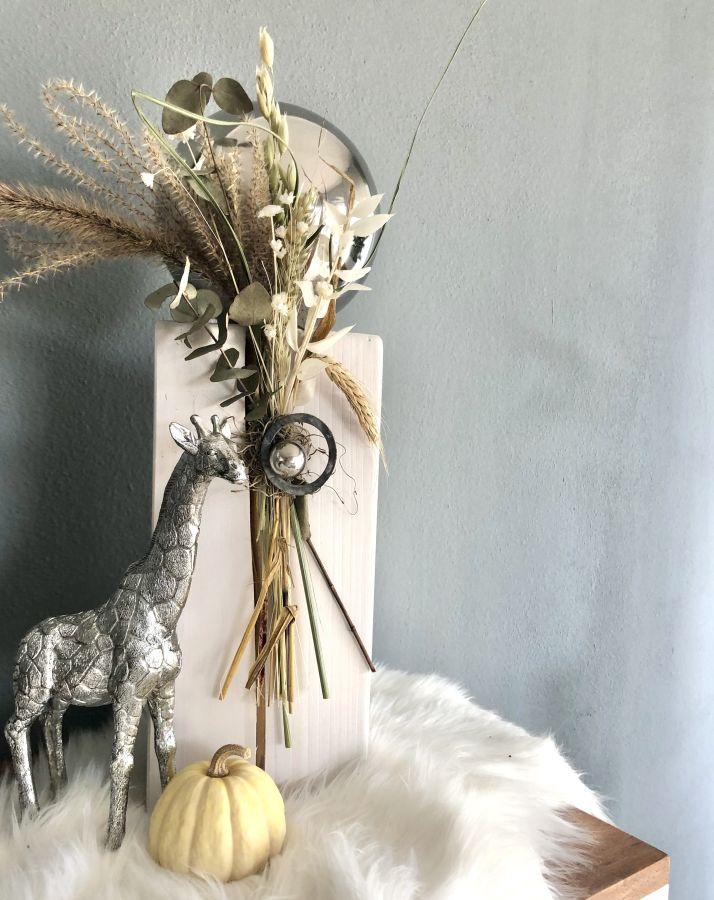 HE139 - Kleine Säule weiß gebeizt, dekoriert mit natürlichen Materialien, Gräsern,Trockenblumen und einer großen und kleinen Edelstahlkugel! Preis 54,90€ Höhe ca. 45cm Giraffe aus Polystein Preis 29,90€ Größe 15,5×25,5cm (Bild) Preis 44,90€ Größe 23x34cm