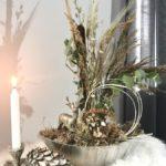 HE140 - Silberfarbene Schale aus Kunststoff, dekoriert mit natürlichen Materialien, Gräser, Trockenblumen und einem Hirschen aus Metall! Preis 49,90€ Breite 35cm Kerzenhalter in Astform aus massivem Metall Preis 19,90€ Größe ca. 20x15x10cm Kiefernzapfen aus Polystein Preis 14,90€ Höhe 15cm